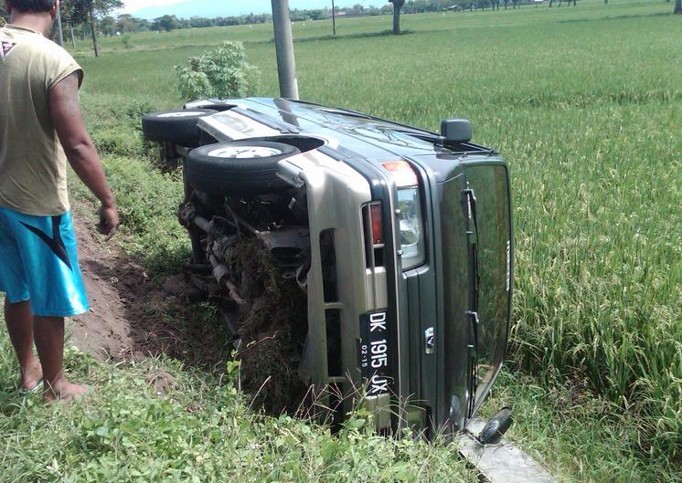 Kecelakaan Lalu Lintas - Minibus Terguling di sawah
