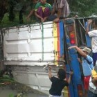Truk Bermuatan Susu Terguling Sesaat Setelah Ditinggal ke Warung Soto