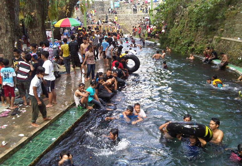 Suasana Padusan di Obyek Wisata Mata Air Cokro