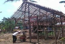 Warga Kemudo Gotong Royong Bangun Rumah Pak Tunggal