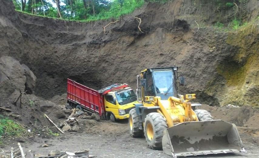 Bak truk ringsek akibat runtuhan tebing
